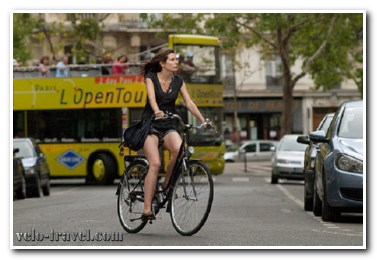 Девушка на велосипеде – почему мы так ее любим?