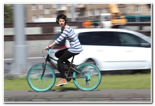 на велосипеде в наушниках