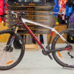 Горный велосипед и спортивный инвентарь для активного отдыха